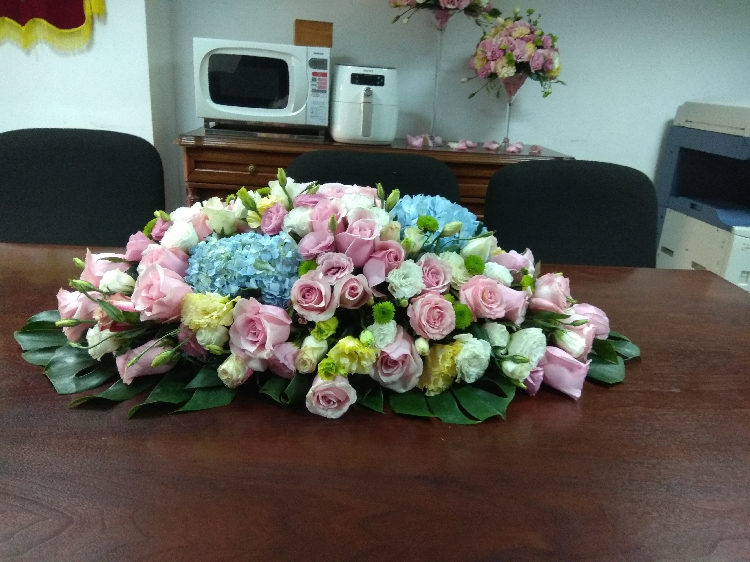 石夏兰绣球会议桌鲜花,签字仪式鲜花玫瑰花,绣球花,洋桔梗,孔雀菊,康乃馨,绿叶台面花鲜花图片展示