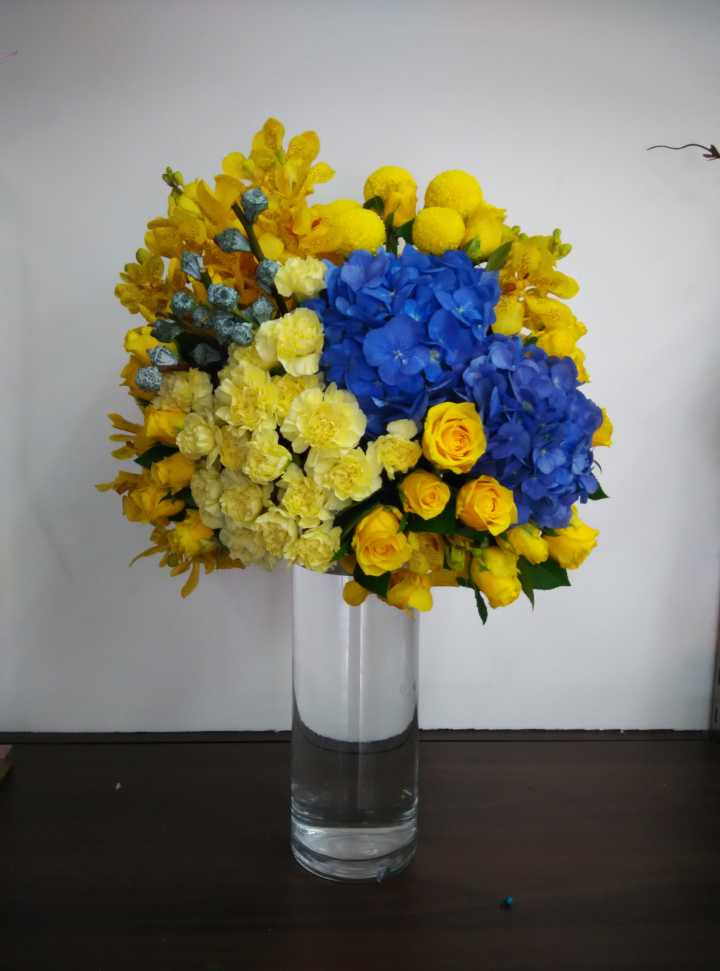 石夏兰主题活动用花,庆典布置餐桌用花,绣球,玫瑰,黄金球,洋兰,石竹,绿叶若干,包装,玻璃瓶插花鲜花图片展示
